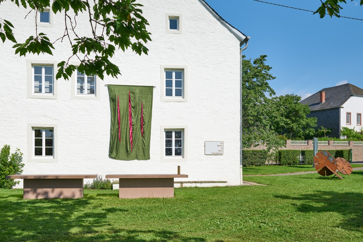 Darren Almond, Ohne Titel, 2012 (vorne), To Leave a Light Impression, 2011; Georg Herold, Ohne Titel (flag), 2016; Günther Förg, Bronzestele A, 1987